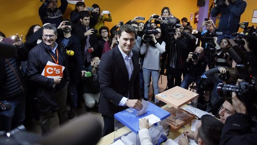 Hospitalet de Llobregat, 2015. december 20. Albert Rivera, az ellenzéki Ciudadanos (Állampolgárok) párt listavezetõje szavaz a spanyol parlamenti választásokon Hospitalet de Llobregatban 2015. december 20-án. (MTI/AP/Manu Fernández)