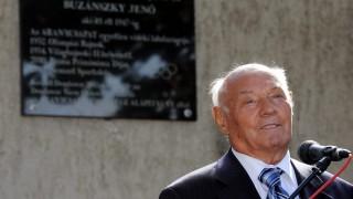 Dombóvár, 2011. október 8. Buzánszky Jenõ köszönetet mond szülõháza elõtt, ahol emléktáblát avattak. Az 1925-ben született, 86 éves 49-szeres válogatott labdarúgó, az Aranycsapat hátvédje, edzõ, sportvezetõ, a Nemzet Sportolója Csiki Károllyal az MLSZ versenyigazgatójával együtt leplezte le az emléktáblát. MTI Fotó: Kálmándy Ferenc