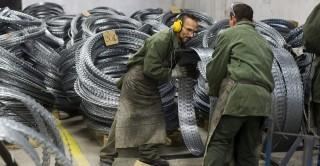 Márianosztra, 2015. december 9. Fogvatartottak dolgoznak az ideiglenes biztonsági határzár építéséhez szükséges dróthenger gyártásán a Márianosztrai Fegyház és Börtönben 2015. november 9-én. MTI Fotó: Szigetváry Zsolt