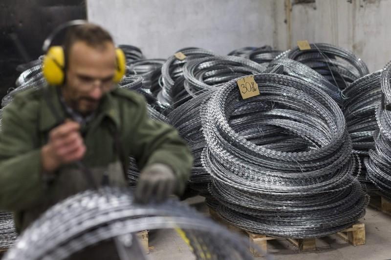 Márianosztra, 2015. december 9. Az ideiglenes biztonsági határzár építéséhez szükséges dróthenger gyártásán dolgozik egy fogvatartott a Márianosztrai Fegyház és Börtönben 2015. november 9-én. MTI Fotó: Szigetváry Zsolt