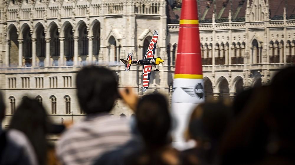 Budapest, 2015. július 5. Besenyei Péter repül a Duna felett a Red Bull Air Race Master Class kategóriájának elsõ elõfutamában Budapesten 2015. július 5-én. A versenyzõ bejutott az elõdöntõbe. MTI Fotó: Szigetváry Zsolt