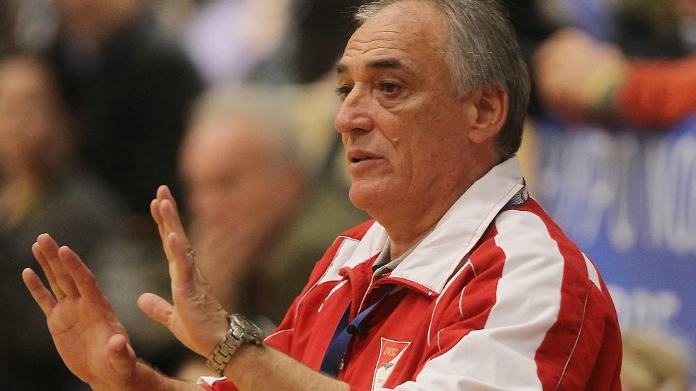 Bécs, 2010. november 13. Köstner Vilmos, a DVSC-Korvex vezetõedzõje utasításokat ad játékosainak a pálya szélén a nõi kézilabda Bajnokok Ligája B csoportjának 5. fordulójában játszott Hypo NÖ - DVSC-Korvex találkozón, Bécsben. MTI Fotó: Kovács Anikó