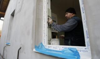 Szolnok, 2015. december 22. Szakember dolgozik egy saját erõbõl épülõ családi házban Szolnokon 2015. december 22-én. A kormány a magánépítkezõknek is biztosítaná az alacsonyabb lakásépítési áfát, miután a vállalkozók által épített új lakásokat a parlament döntése szerint januártól 27 százalék helyett már csak 5 százalék áfa terheli a következõ négy évben. MTI Fotó: Bugány János