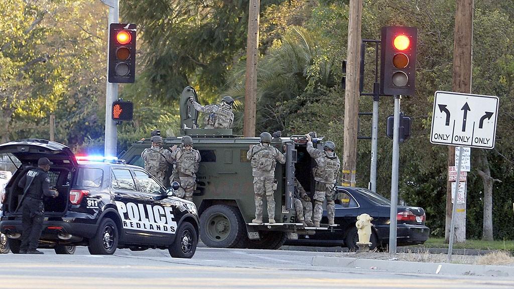 San Bernardino, 2015. december 3.Rendőrségi kommandósok a dél-kaliforniai szociális ellátóközpont közelében, a kaliforniai San Bernardinóban 2015. december 2-án, miután három fegyveres lövöldözött az intézmény konferenciatermében, és legalább tizennégy embert megölt. A rendőrök két támadót tűzharcban megöltek. (MTI/EPA/Mike Nelson)
