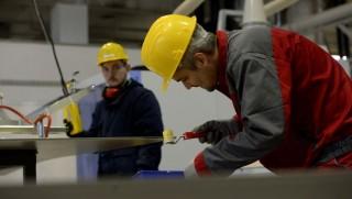 Nyergesújfalu, 2015. december 15. Szakemberek dolgoznak a Cembrit Kft. üzemében Nyergesújfalun 2015. december 15-én. A dán tulajdonú társaság 7 milliárd forintos beruházással újjáépítette nyergesújfalui gyárát, ahol megkezdték a színes szálcement homlokzati burkolólapok gyártását. MTI Fotó: Bruzák Noémi