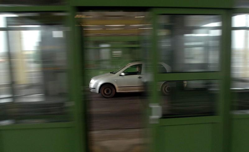 Hegyeshalom, 2007. december 21.Személygépkocsi szabadon halad át Hegyeshalomnál a volt határátkelőhelynél, miután a schengeni határnyitás keretében nulla órától megszűnt a határellenőrzés Magyarország szlovák, osztrák és szlovén határain.MTI Fotó: Kovács Tamás