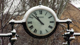 Budapest, 2013. március 26.Hósapkás köztéri óra mutatja az időt a márciusi hóesésben a Mechwart ligetben.MTVA/Bizományosi: Jászai Csaba ***************************Kedves Felhasználó!Az Ön által most kiválasztott fénykép nem képezi az MTI fotókiadásának, valamint az MTVA fotóarchívumának szerves részét. A kép tartalmáért és a szövegért a fotó készítője vállalja a felelősséget.
