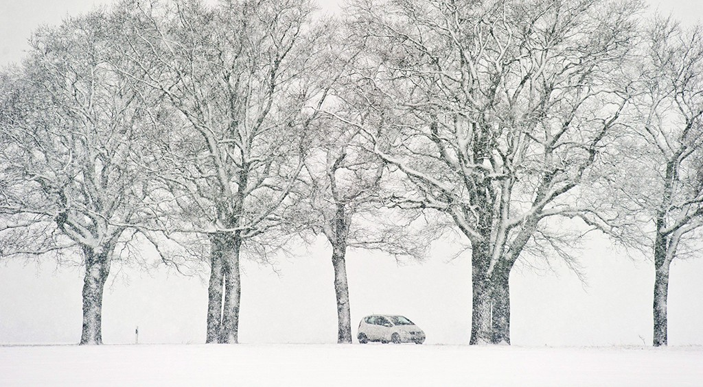 Sieversdorf, 2013. március 29.Egy jármű a sűrű hóesésben az északkelet-németországi Sieversdorfban 2013. március 29-én. (MTI/EPA/Patrick Plül)