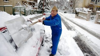 Budapest, 2013. március 27.Hólapáttal takarítja le autóját egy férfi a XII. kerületi Koszta József utcában 2013. március 27-én.MTI Fotó: Beliczay László