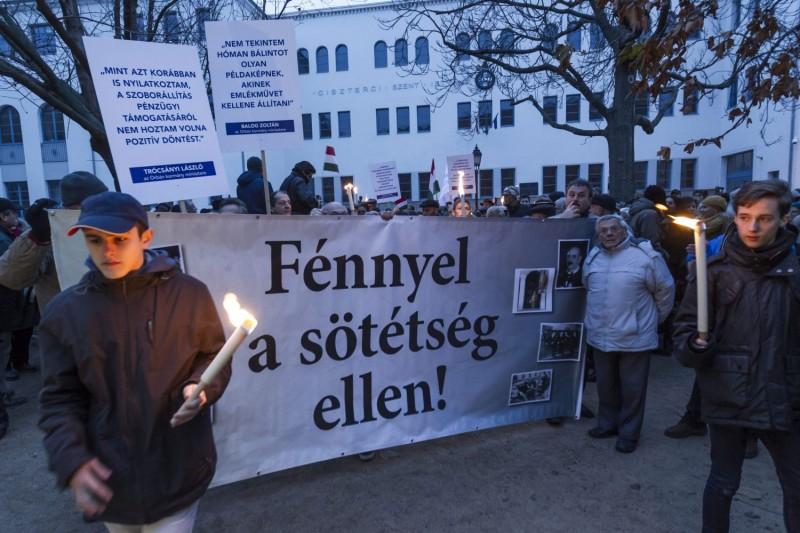 Székesfehérvár, 2015. december 13. A székesfehérvári zsidó hitközség és a Magyarországi Zsidó Hitközségek Szövetségének közös, Fénnyel a sötétség ellen! címmel megrendezett hanukai ünnepsége a székesfehérvári Bartók Béla téren 2015. december 13-án. A résztvevõk a térre tervezett Hóman Bálint-szobor felállítása ellen tiltakoztak. MTI Fotó: Szigetváry Zsolt