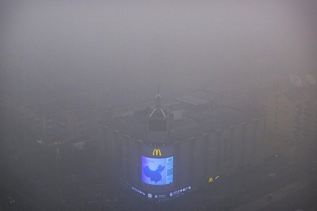 Peking, 2015. december 1.Kína térképe egy kijelzőn Peking belvárosában 2015. december 1-jén, egy nappal azután, hogy a füstköd miatt a második legmagasabb fokozatú, a narancs színű riasztást rendelték el a kínai fővárosban. (MTI/AP/Mark Schiefelbein)