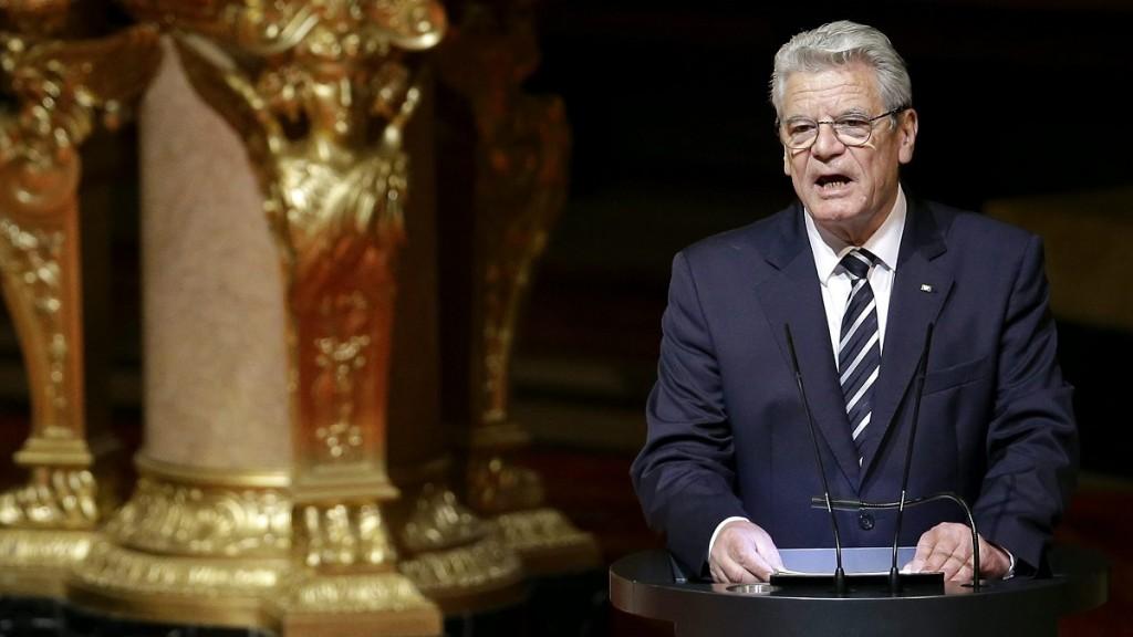 Berlin, 2015. április 23. Joachim Gauck német elnök az örmény genocídium kezdetének 100. évfordulója alkalmából tartott ökumenikus istentisztelet után beszél a berlini evangélikus székesegyházban 2015. április 23-án. Gauck szerint az örmények ellen elõre megtervezett népirtást hajtottak végre a törökök az Oszmán Birodalomban. (MTI/AP/Michael Sohn)