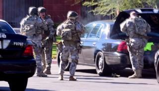 San Bernandino, 2015. december 2.A Los Angeles News Group és a San Bernandino Sun által közreadott kép rendőrökről az Inland Regional Center szociális intézmény előtt a kaliforniai San Bernandinóban 2015. december 2-án, miután egy vagy több fegyveres lövöldözni kezdett az épületben. Az első jelentések az áldozatok számával és súlyosságával kapcsolatban ellentmondásosak, a különböző híradások szerint a lövöldözésben 12-20 ember vesztette életét. (MTI/EPA/Los Angeles News Group/Doug Saunders)