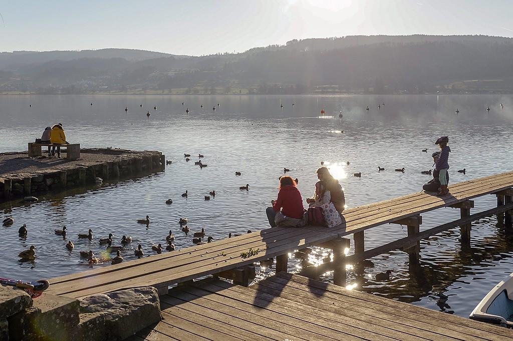 Greifensee, 2015. december 26.Kirándulók pihennek a szikrázó napsütésben a Greifensee tó egyik stégjén 2015. december 26-án. (MTI/EPA/Walter Bieri)