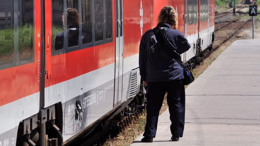 Piliscsaba, 2012. május 17. A személyvonat jegyvizsgálója várja a Piliscsaba felõl érkezõ vonatot Leányvár állomáson. Völner Pál, a Nemzeti Fejlesztési Minisztérium (NFM) infrastruktúráért felelõs államtitkára a piliscsabai vasútállomáson sajtótájékoztatót tartott az induló közel 20 milliárd forint értékû vasútfejlesztési projektrõl, mely során átépítik a Budapest-Esztergom vasútvonalat. A vasútvonal felújításával egy idõben a vasút versenyképessége érdekében megújulnak a kapcsolódó létesítmények is, köztük az állomások, a peronok. MTI Fotó: Máthé Zoltán