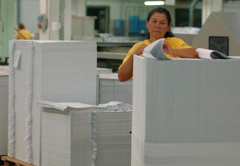 Dabas, 2009. augusztus 5.Egy dolgozó ellenőrzi az elkészült oldalakat a Dabasi Nyomdában. A Nemzeti Tankönyvkiadó a 2009/2010 tanévre több mint ötmillió tankönyvet, munkafüzetet, feladatlapot jelentet meg, mintegy háromezer tonna papír felhasználásával. A kiadványok egy részét a Reálszisztéma Dabasi Nyomdában nyomtatják.MTI Fotó: Bruzák Noémi