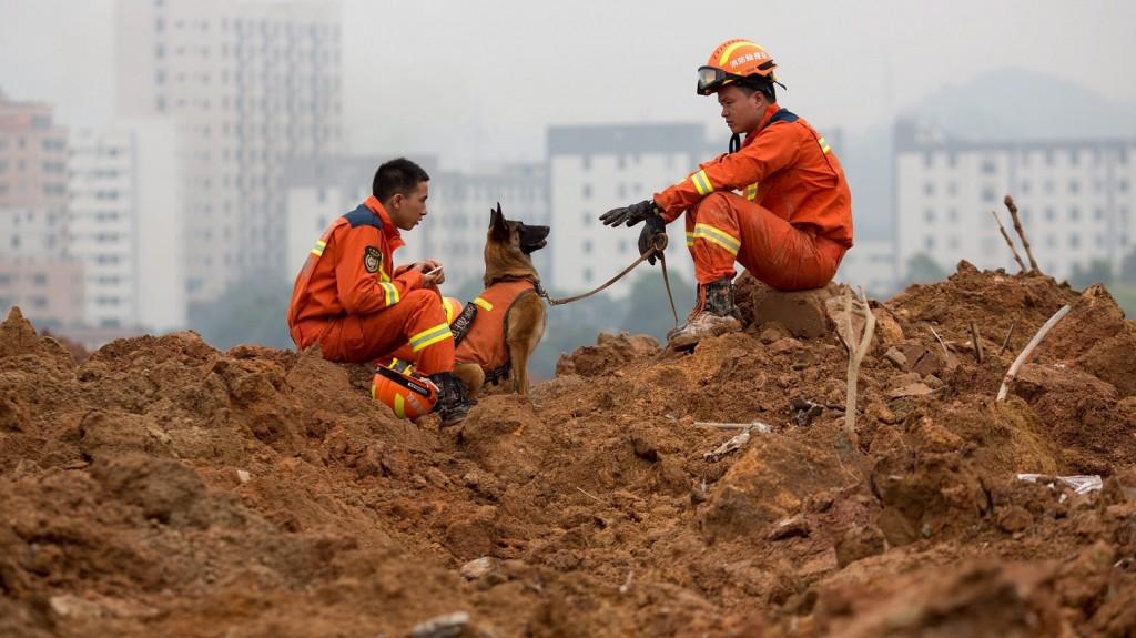 Sencsen, 2015. december 21. Mentõcsapatok tagjai kutatnak túlélõk után a dél-kínai Sencsen városában pusztított sárlavinát követõen 2015. december 21-én. A kínai hatóságok eddig 91 embert tartanak nyilván eltûntként, miután egy nappal korábban tizennyolc épületet, köztük két munkásszállót temetett maga alá egy hegyrõl lezúduló földtömeg egy ipari parkban és a környékén. (MTI/EPA/Freddy Chan)