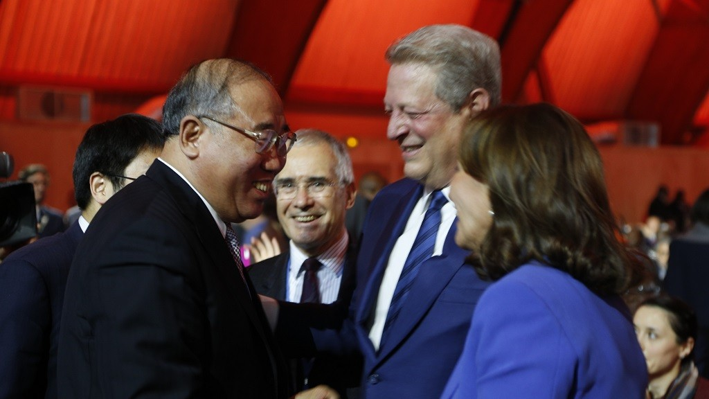 China's Special Representative on Climate Change Xie Zhenhua (L) talks with French Ecology Minister Segolene Royal (C) and former US Vice President and environmental activist Al Gore ahead of the closing of the COP21 Climate Conference in Le Bourget, north of Paris, on December 12, 2015. The G77 bloc of 134 developing nations, including China, gave the nod on December 12 for a hard-fought UN climate rescue pact due to be presented for adoption in Paris.    AFP PHOTO / FRANCOIS GUILLOT / AFP / FRANCOIS GUILLOT