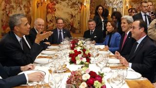 Párizs, 2015. december 1.Barack Obama amerikai (b) és Francois Hollande francia elnök (j), valamint John Kerry amerikai (j2), Laurent Fabius francia külügyminiszter (b2), Ségoléne Royal francia környezetvédelmi és energiaügyi miniszter (j3) munkavacsorán vesz részt az ENSZ által a klímavédelemről rendezett csúcstalálkozója után a párizsi Ambroisie étteremben 2015. november 30-án. (MTI/EPA/Pool/Thibault Camus)