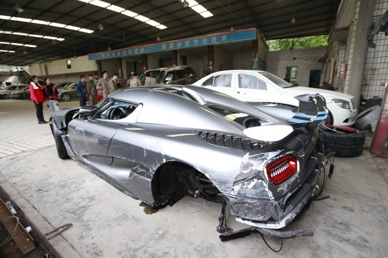 The Koenigsegg Agera R supercar which was seriously damaged in a road crash is parked at a garage in Chongqing, China, 29 Novemebr 2015.  A driver speeding down a Chongqing road was left with nothing but a useless hunk of metal after crashing his Koenigsegg into guardrails on the roadside during the early hours of Sunday morning (29 November 2015). According to NetEase, the accident took place at around midnight in the city's Yubei district. The front of the car was extensively damaged, with additional damage incurred along the side of the chassis. After photos were posted online, car lovers quickly identified the brand as Koenigsegg Agera R and determined its retail price in the Chinese market was 26.5 million yuan (US$4.1 million). A witness said the driver was a young man who remained seated inside the car until a tow truck removed the car over two hours later. Fortunately as there were few people on the street at the time of the incident, no one was injured.