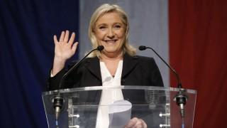Henin-Beaumont, 2015. december 6. Marine Le Pen, a francia ellenzéki szélsõjobboldali Nemzeti Front elnöke köszönti támogatóit Henin-Beaumont-ban 2015. december 6-án, a kétfordulós regionális választások elsõ fordulója után. A France2 közszolgálati televízió által ismertetett exit poll eredmények szerint a Nemzeti Front a szavazatok 30 százalékával megnyerte a francia regionális választások elsõ fordulóját. (MTI/EPA/Julien Warnand)