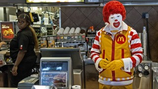 Ronald McDonald stands behind the counter during his appearance at a McDonalds's August 10, 2015, in Centreville, Virginia.      AFP PHOTO/PAUL J. RICHARDS / AFP / PAUL J. RICHARDS