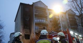 Miskolc, 2015. december 18. Tûzoltók egy miskolci négyszintes lakóépületnél, ahol az egyik elsõ emeleti lakásban tûz keletkezett 2015. december 18-án hajnalban. Az épületbõl harminckilenc embert menekítettek ki, a tûzben egy ember megsérült. MTI Fotó: Vajda János