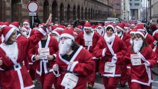 Budapest, 2014. december 6.Az első budapesti Mikulás futás résztvevőinek egy csoportja. A Fővám térről startoló 2,7 kilométeres távot minden futónak Mikulás ruhában kellett teljesítenie.MTVA/Bizományosi: Róka László ***************************Kedves Felhasználó!Az Ön által most kiválasztott fénykép nem képezi az MTI fotókiadásának, valamint az MTVA fotóarchívumának szerves részét. A kép tartalmáért és a szövegért a fotó készítője vállalja a felelősséget.