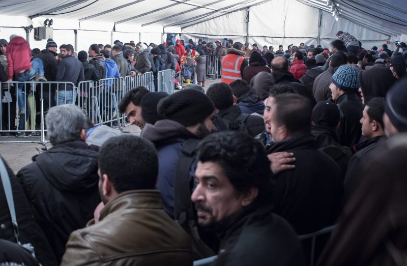 Berlin, 2015. december 8. Migránsok a regisztrálásukért állnak sorban a tartományi egészségügyi és szociális hivatal (LaGeSo) épülete elõtt felállított sátorban Berlinben 2015. október 9-én. (MTI/EPA/Michael Kappeler)