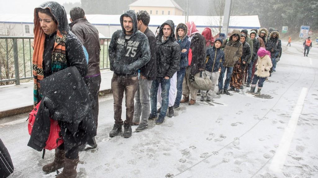 Wegscheid, 2015. november 22. Az osztrák-német határon át Németországba érkezett illegális bevándorlók várakoznak hóesésben Wegscheid közelében 2015. november 22-én. (MTI/AP/Armin WeigeL)