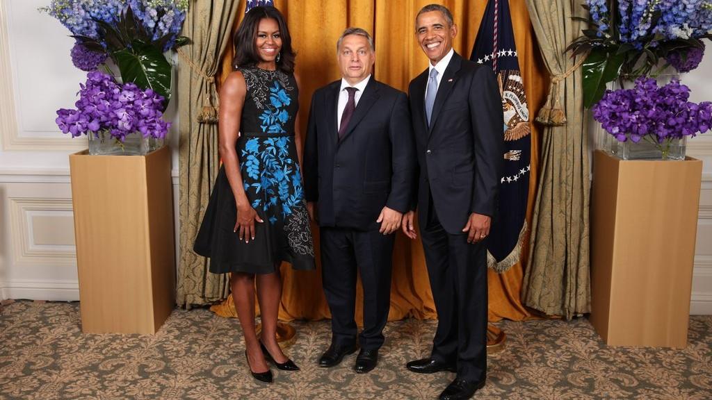 New York, 2015. szeptember 29. A washingtoni Fehér Ház által közzétett képen Barack Obama amerikai elnök (j) és felesége, Michelle Obama fogadja Orbán Viktor miniszterelnököt az ENSZ Közgyûlése 70. ülésszakán a New York Palace Hotelben 2015. szeptember 29-én. (MTI/Fehér Ház/Lawrence Jackson)