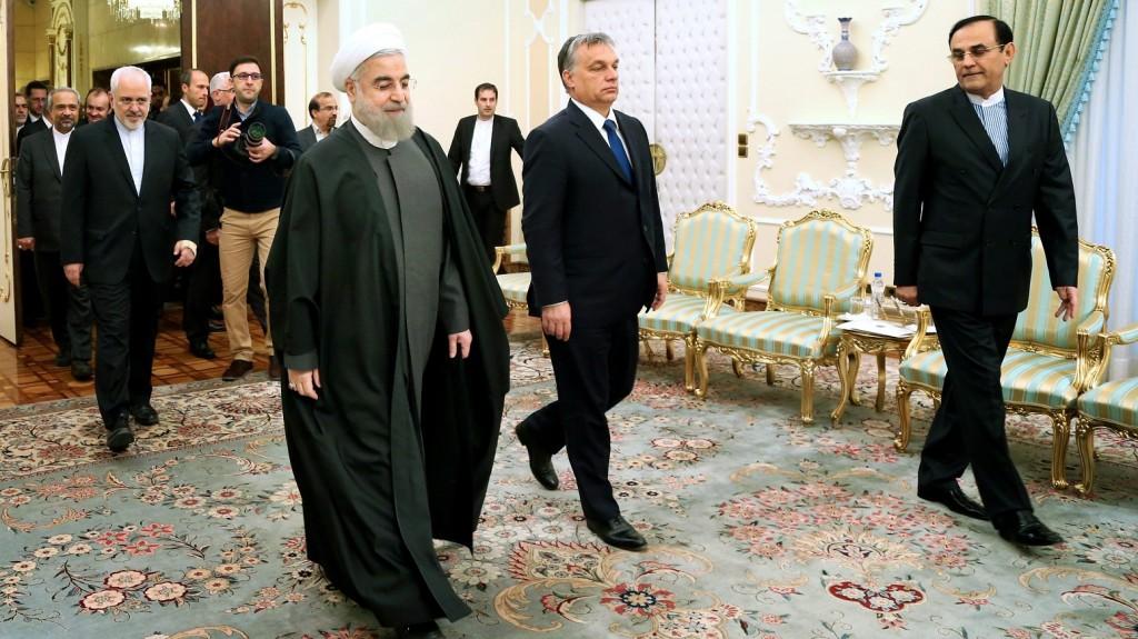 Teherán, 2015. december 1. Haszan Róháni iráni elnök (k, balról) fogadja Orbán Viktor miniszterelnököt Teheránban 2015. december 1-jén. (MTI/AP/Ebrahim Norúzi)