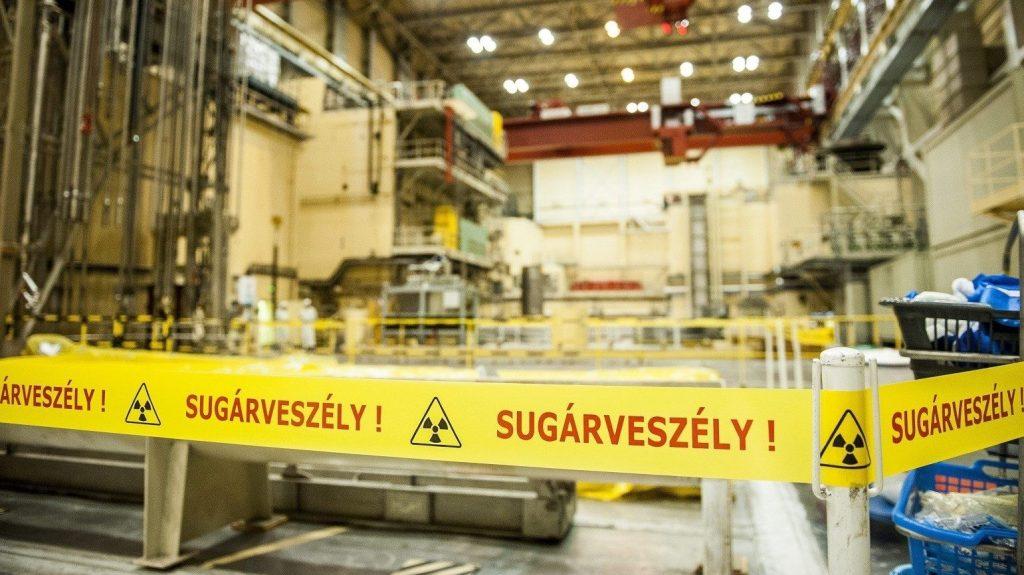 Paks, 2014. augusztus 14. Sugárveszélyre figyelmeztetõ szalag a paksi atomerõmû 2-es építményében 2014. augusztus 14-én, amelyben a hármas és négyes reaktor van. Az atomerõmû vezetõi a mai napon bejelentették, hogy Oroszországba szállították a paksi atomerõmû 2003-as üzemzavara során megsérült üzemanyag-kazettákat. MTI Fotó: Sóki Tamás
