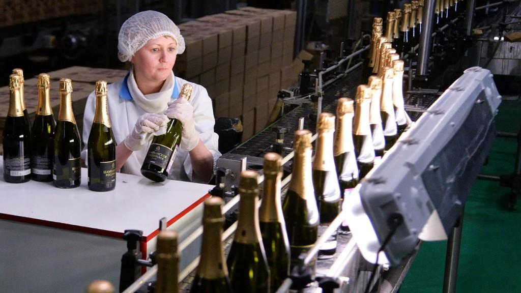 2765046 12/23/2015 Sparkling wine production at the Ariant plant in Chelyabinsk. Aleksandr Kondratuk/Sputnik