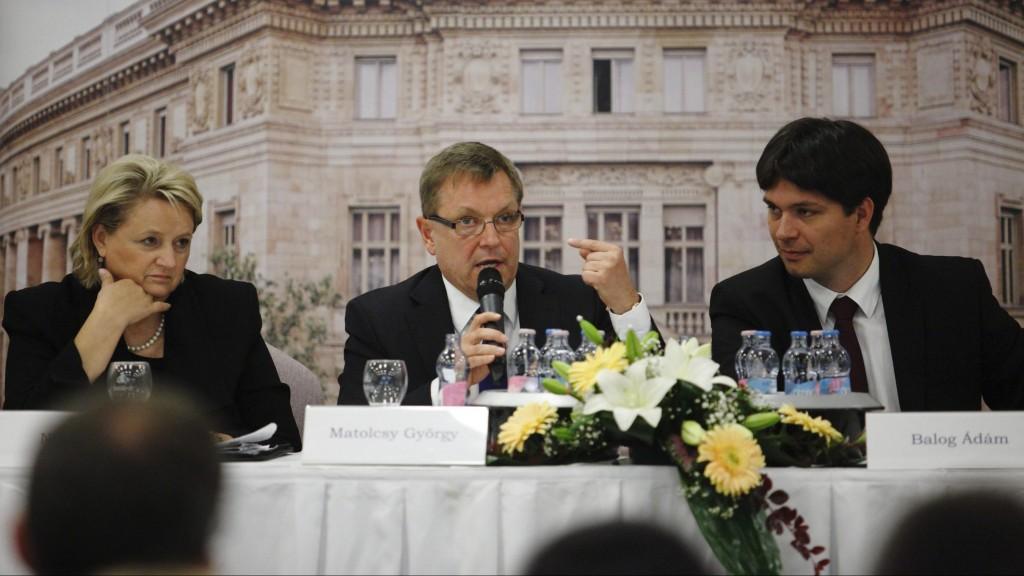 Siófok, 2013. május 31. Matolcsy György, a Magyar Nemzeti Bank (MNB) elnöke (k) a jegybank országos szakmai konzultációja keretében rendezett konferencián a siófoki Hotel Azúr szállodában 2013. május 31-én. Balról Nagy Róza, az MNB fõigazgatója, jobbról Balogh Ádám alelnök. MTI Fotó: Varga György