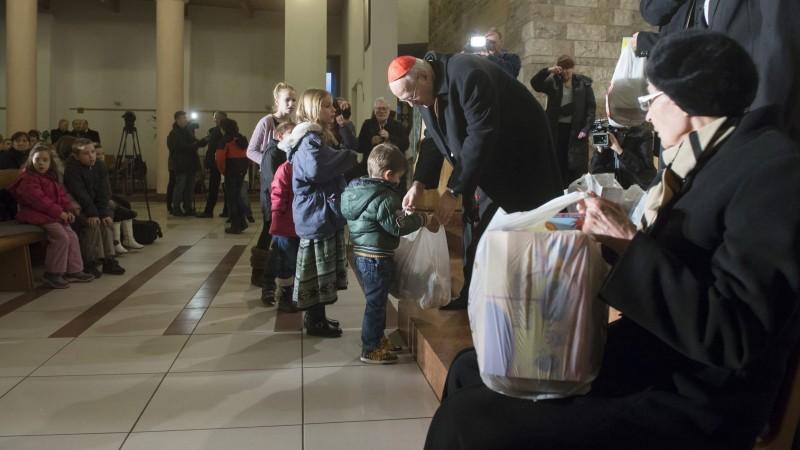 Budapest, 2015. december 22. Erdõ Péter bíboros, esztergom-budapesti érsek és Mádl Dalma, a Katolikus Karitász jószolgálati nagykövete ajándékot ad át a Gyermekek a gyermekekért elnevezésû karácsonyi rendezvényen Budapesten, a Magyar Szentek templomában 2015. december 22-én. A gyermekek által összeállított, a szeretetszolgálat által kiegészített ajándékcsomagokat országszerte a karácsony elõtti napokban osztják szét a rászorulóknak az egyházmegyei karitász csoportok munkatársai. MTI Fotó: Koszticsák Szilárd