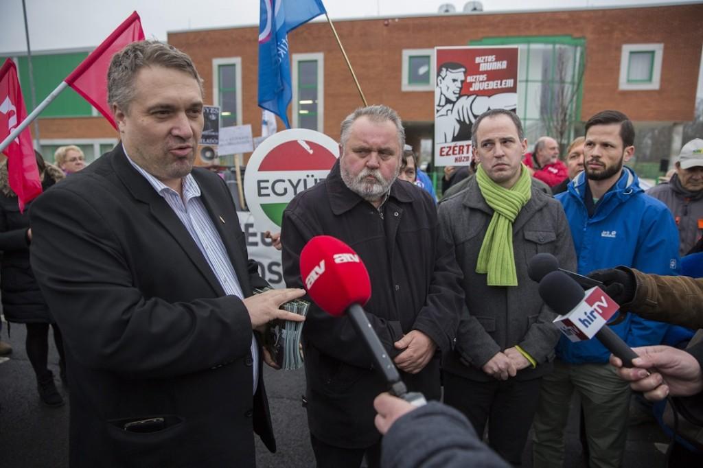 Békéscsaba, 2015. december 8. Sallai R. Benedek LMP-s országgyûlési képviselõ, Gõgös Zoltán, az MSZP elnökhelyettese, Szigetvári Viktor, az Együtt elnöke és Tordai Bence, a Párbeszéd Magyarországért elnökségi tagja (b-j) az El a kezekkel Mezõhegyestõl! elnevezésû tüntetésen, amelyet egy földárverés idõpontjában tartottak Békéscsabán 2015. december 8-án. MTI Fotó: Rosta Tibor