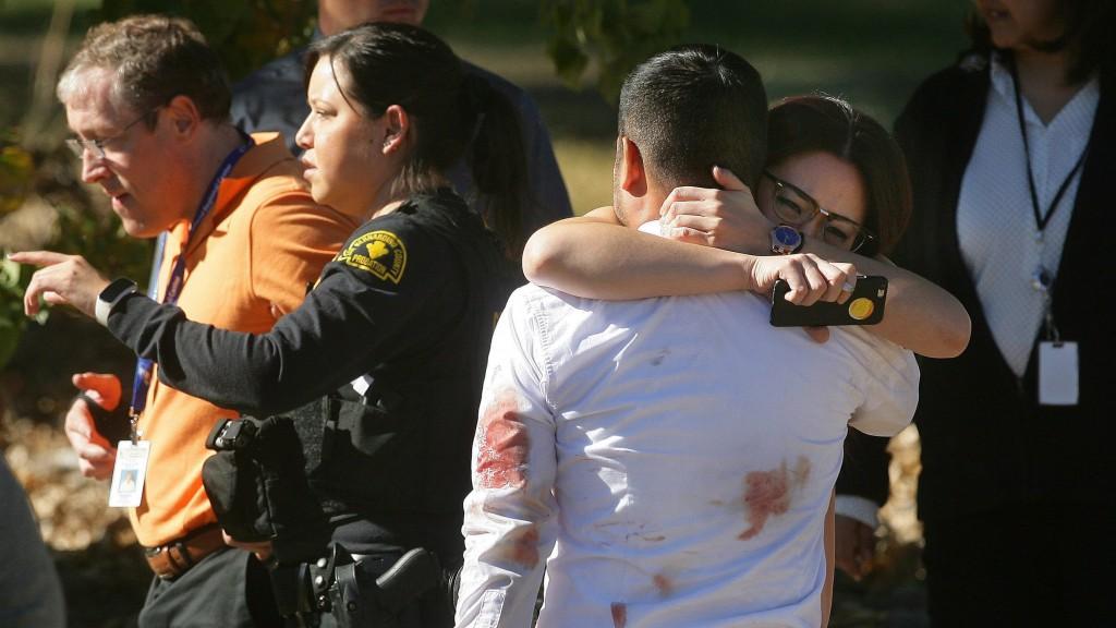 San Bernardino, 2015. december 3. Egy pár összeölelkezik a kaliforniai San Bernardinóban 2015. december 2-án, miután egy fegyveres férfi és nõ lövöldözött egy fogyatékosokat gondozó szociális intézményben, és legalább tizennégy embert megölt. A támadókat a rendõrök tûzharcban agyonlõtték. (MTI/AP/The Press-Enterprise/David Bauman)