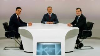 Madrid, 2015. december 15. Pedro Sánchez, az ellenzéki Spanyol Szocialista Munkáspárt fõtitkára, Manuel Campo Vidal, a Televízióakadémia elnöke és Mariano Rajoy spanyol miniszterelnök, a jobboldali Néppárt elnöke (b-j), mielõtt megkezdõdik a két politikus televíziós vitája Madridban 2015. december 14-én, hat nappal a spanyol parlamenti választások elõtt. (MTI/EPA/Juanjo Martin)