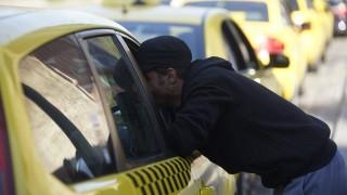 Bicske, 2015. szeptember 4. Egy illegális bevándorló egy taxinál a Keleti pályaudvar mellett 2015. szeptember 4-én. MTI Fotó: Balogh Zoltán