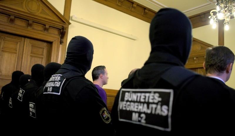 Budapest, 2014. február 28. A harmadrendû vádlott (k) a Süveges Péter és társai ügyében hozott ítélethirdetésen a Fõvárosi Törvényszéken, ahol három életfogytiglant szabott ki többszörösen minõsülõ emberölés, rablás és más súlyos bûncselekmények miatt a bíróság elsõ fokon 2014. február 28-án. Az ügyben hét vádlott volt. Süveges Péter és társai a vád szerint tucatnyi bûncselekményt követtek el egy évtizede, köztük Érden és Budaörsön egy-egy pénzszállítórablást. A budaörsi Tesco parkolójában a rendõrökkel is tûzharcba keveredtek, és kézigránátot robbantottak. MTI Fotó: Marjai János