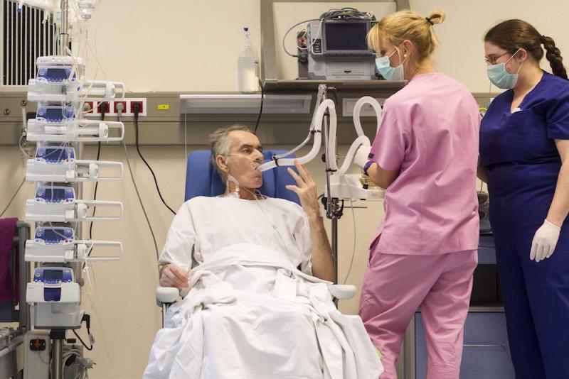 Budapest, 2015. december 19. Stumpf Tibor, a Magyarországon első sikeresen végrehajtott tüdőtranszplantáción átesett beteg az Országos Onkológiai Intézetben 2015. december 19-én. A hatórás műtétet december 12-én végezték el, a beteg jól van. Egy 59 éves férfi volt a donor, az ő tüdejét ültették át az 53 éves férfiba. MTI Fotó: Szigetváry Zsolt