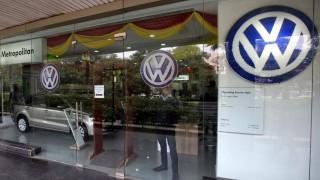 Újdelhi, 2015. december 2. Volkswagen autószalon Újdelhiben 2015. december 2-án. A Volkswagen német jármûgyártó csoport bejelentette, hogy 324 ezer, a fogyasztásmérõ manipulálására képes szoftverrel felszerelt VW, Skoda és Audi dízelüzemû jármûvét hívja vissza Indiában. A vállalat károsanyag-kibocsátással kapcsolatos csalásai miatt a Volkswagen modellek eladása a cég felmérése szerint huszonöt százalékkal csökkent novemberben. (MTI/EPA/Radzsat Gupta)