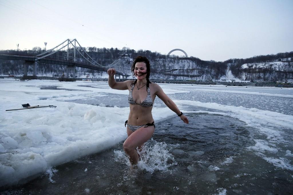Kijev, 2016. január 19.Egy nő megmártózik a Dnyeper folyóban Kijevben 2016. január 19-én, az ortodox vízkereszt napján. Az ortodox hívők szerint a jeges vízbe merülés megtisztítja a lelket az elkövetett bűnöktől. (MTI/AP/Efrem Lukackij)