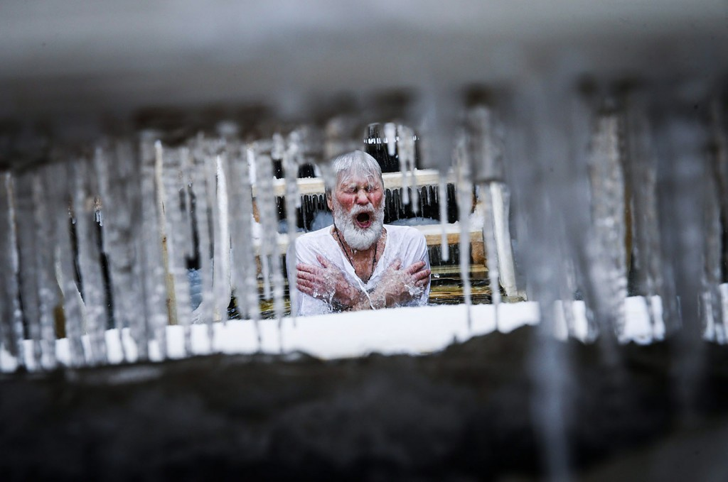 Moszkva, 2016. január 19.Egy ortodox hívő megmártózik a Moszkva folyó jegén vágott lékben Moszkvában 2016. január 19-én, az ortodox vízkereszt napján. Az ortodox hívők szerint a jeges vízbe merülés megtisztítja a lelket az elkövetett bűnöktől. (MTI/EPA/Szergej Ilnyickij)
