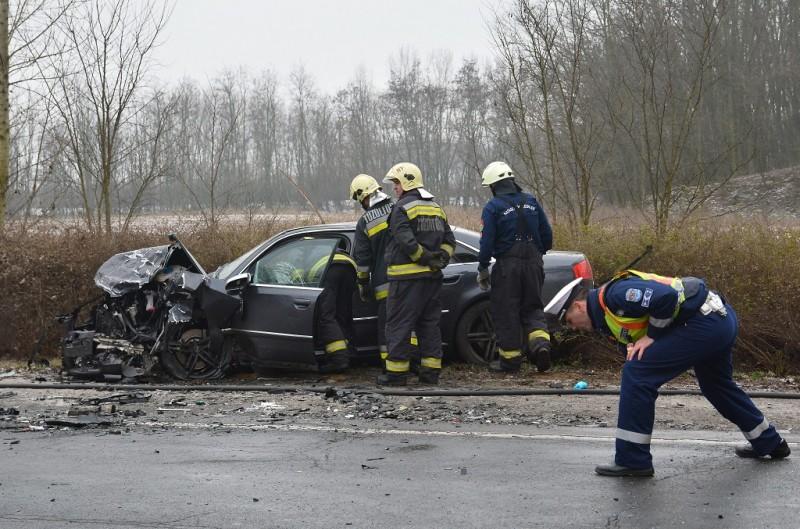 Napkor, 2016. január 9. Frontális baleset helyszíne a 41-es számú fõúton Nyíregyháza és Napkor között, ahol egy román és egy szlovák rendszámú személyautó összeütközött 2016. január 9-én. . A balesetben az egyik jármû vezetõje a helyszínen életét vesztette. MTI Fotó: Taipusz Attila