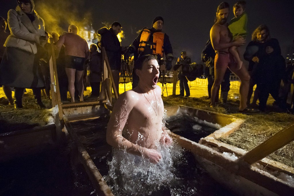 Moszkva, 2016. január 18.Egy ortodox hívő megmerítkezik a jeges vízben Moszkvában 2016. január 18-án, az ortodox vízkereszt alkalmából. Az ortodox hívők szerint a jéghideg vízbe merülés megtisztítja a lelket az elkövetett bűnöktől. (MTI/AP/Alekszandr Zemljanyicsenko Jr.)