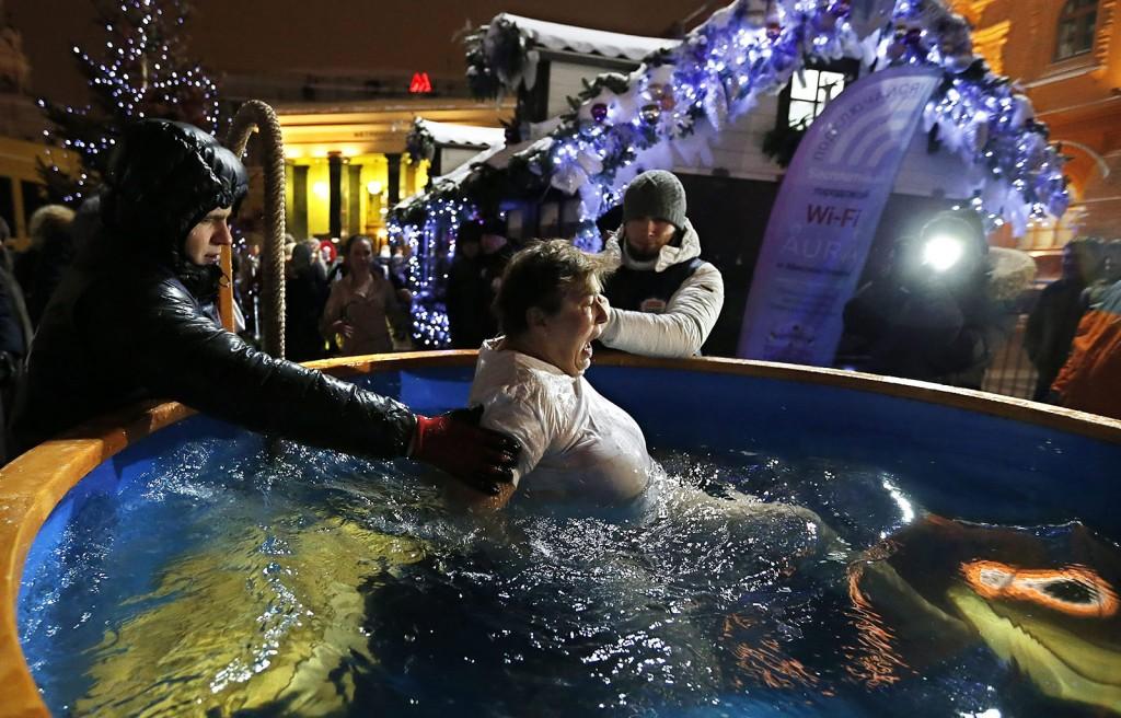 Moszkva, 2016. január 19.Egy asszony megmártózik egy jeges vízzel teli kádban az ortodox vízkereszt alkalmából Moszkvában 2016. január 18-án. Az ortodox hívők szerint a jeges vízbe merülés megtisztítja a lelket az elkövetett bűnöktől. (MTI/EPA/Jurij Kocsetkov)
