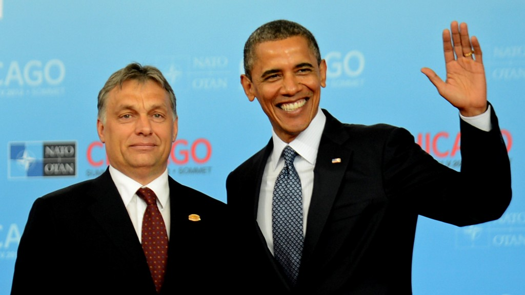 US President Barack Obama (R) greets Prime Minister of Hungary Viktor Orbán at McCormick Place in Chicago, Illinois, during the NATO 2012 Summit May 20, 2012 . AFP PHOTO Jim WATSON / AFP / JIM WATSON