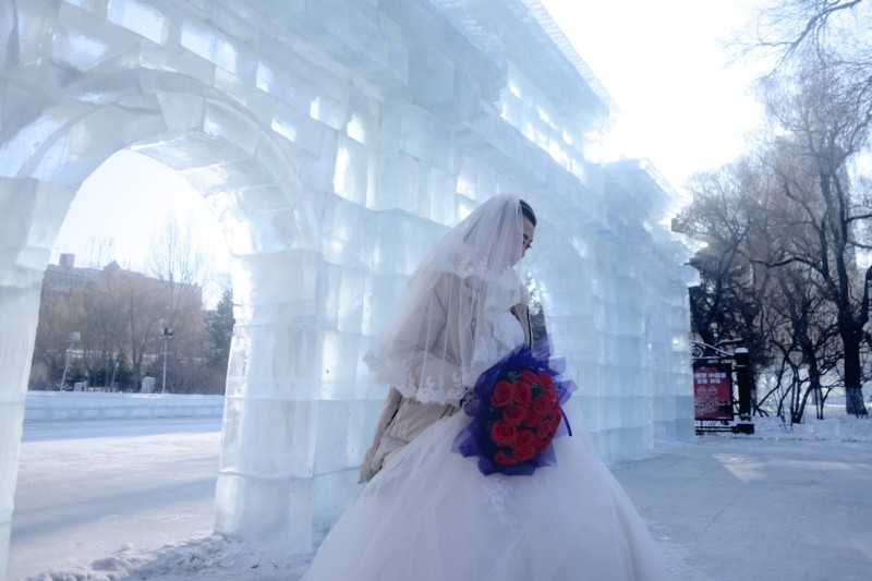A bride takes part in a wedding ceremony as part of the Harbin International Ice and Snow Festival in Harbin, northeast China's Heilongjiang province on January 6, 2016. A spectacular ice festival opened in China on January 5 but officials cancelled a firework display to allay safety concerns after a deadly New Year stampede in Shanghai.          AFP PHOTO / WANG ZHAO / AFP / WANG ZHAO